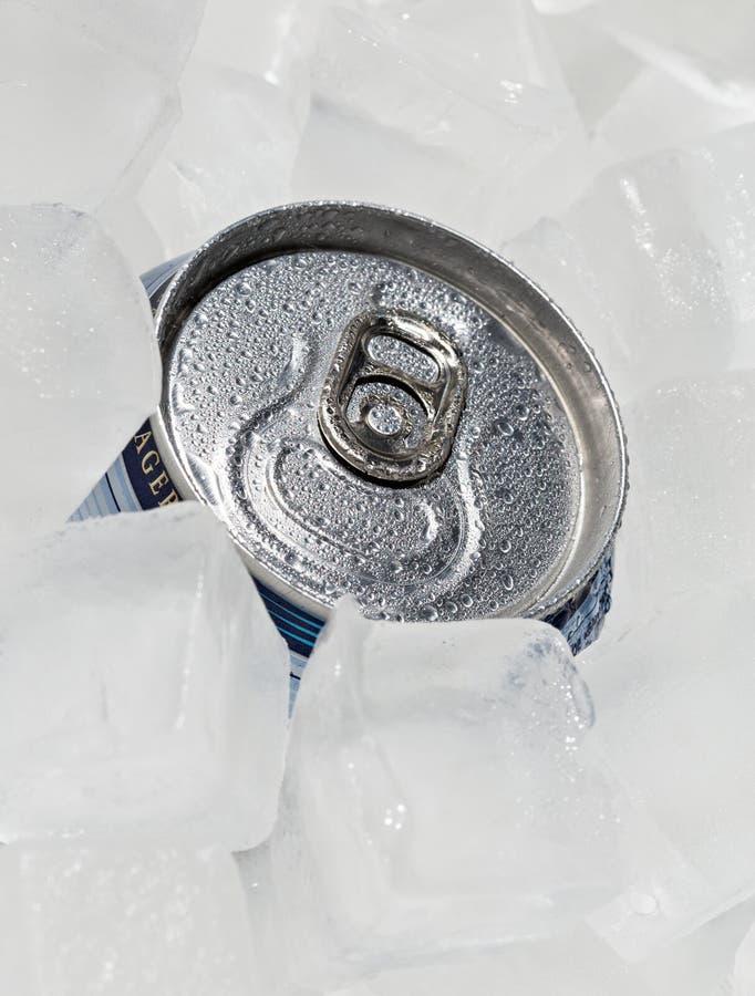 Birra o soda piena della latta con le gocce di condensazione fotografie stock