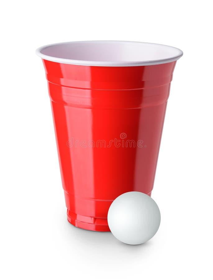Birra Pong Tazza rossa e palla da ping-pong di plastica isolate su bianco immagine stock libera da diritti