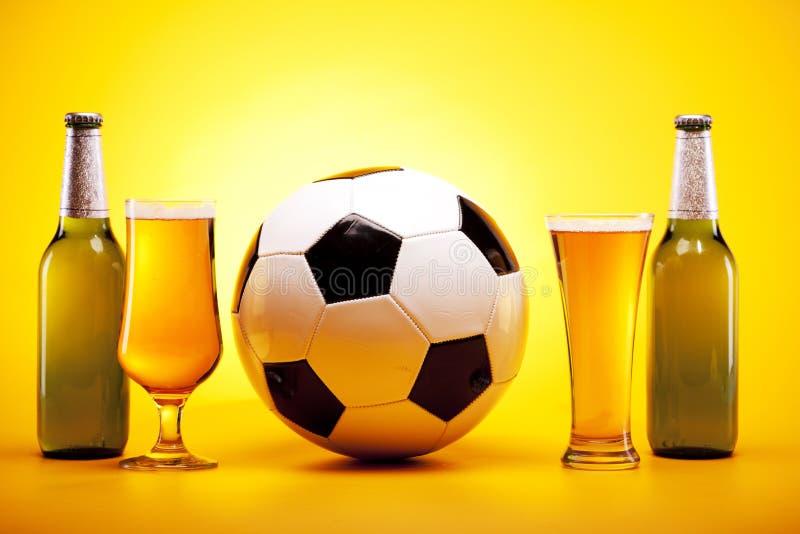Birra raffreddata e sport fotografia stock