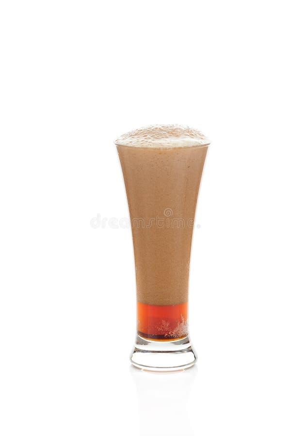 Birra scura con la gomma piuma in un vetro immagine stock libera da diritti