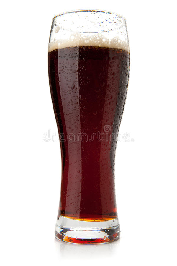 Birra scura con le gocce dell'acqua fotografia stock