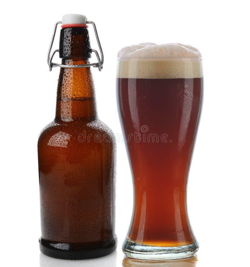 Birra scura e bottiglia superiore dell'oscillazione immagini stock