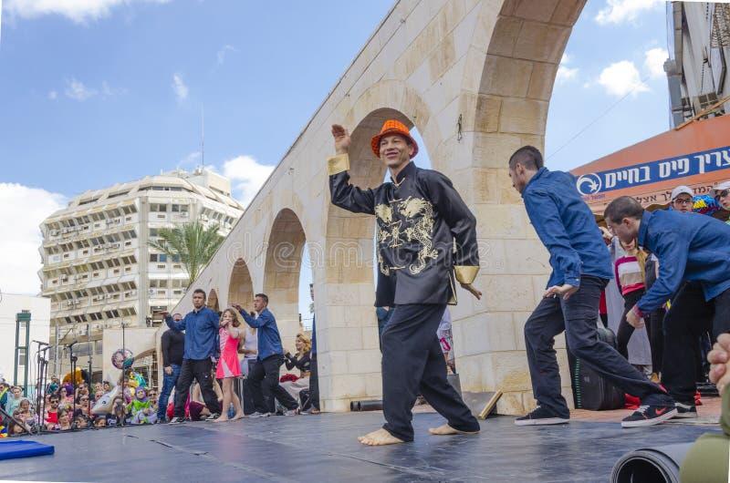 Birra-Sheva, ISRAELE - 5 marzo 2015: Balli i ballerini maschii del gruppo sulla fase aperta della città - Purim immagini stock libere da diritti