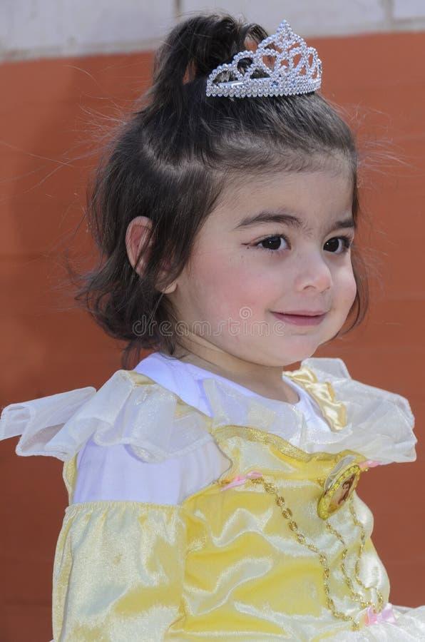 Birra-Sheva, ISRAELE - 5 marzo 2015: La ragazza nel vestito di giallo pallido con la corona - Purim fotografia stock