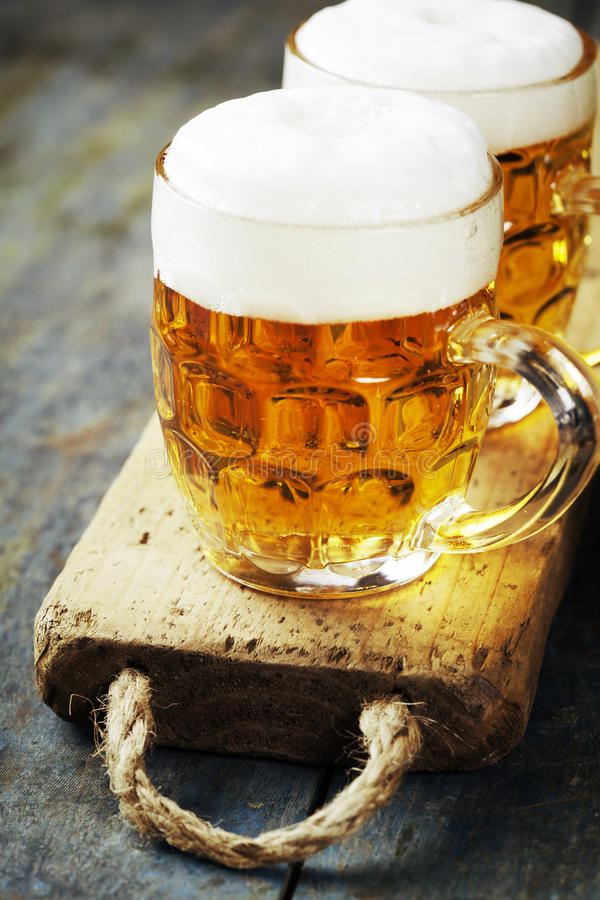 Birra su fondo di legno immagine stock libera da diritti