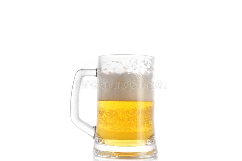 Birra in tazza fotografie stock libere da diritti