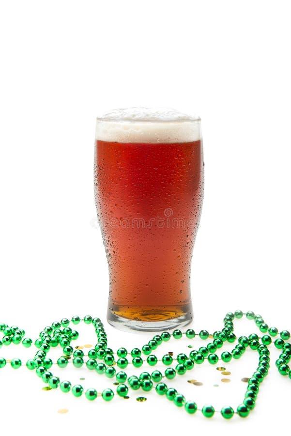 Birra in un vetro della pinta con le perle immagini stock
