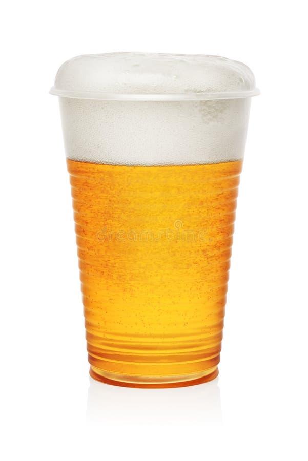 Birra in una tazza di plastica fotografie stock libere da diritti