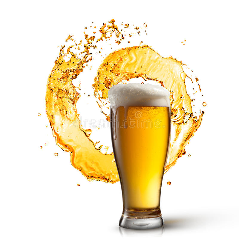 Birra in vetro con spruzzata isolata su bianco immagini stock libere da diritti