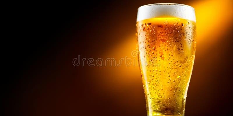 Birra Vetro di birra fredda con le gocce di acqua Birra del mestiere fotografie stock