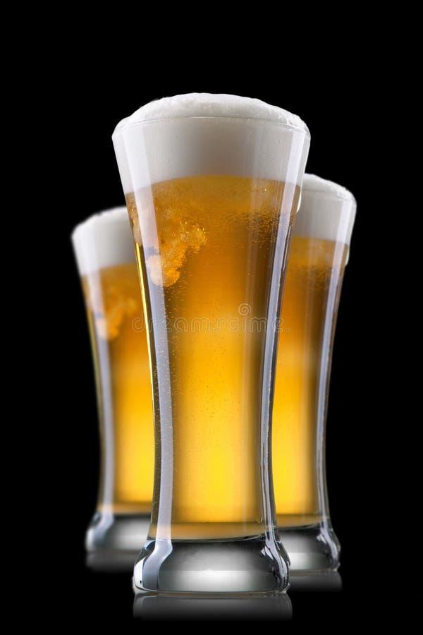 Birra in vetro isolato sul nero immagini stock