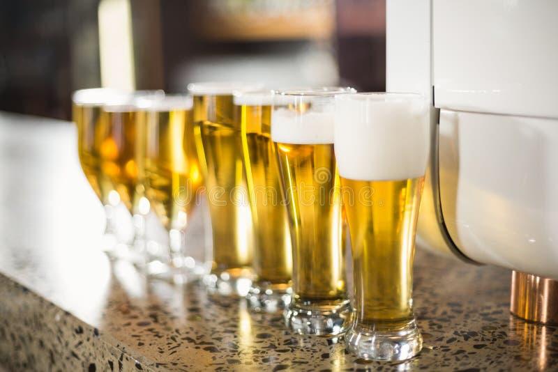 Birre allineate sulla tavola fotografie stock