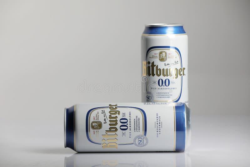 Birre di Bitburger, fondo isolato e bianco fotografia stock