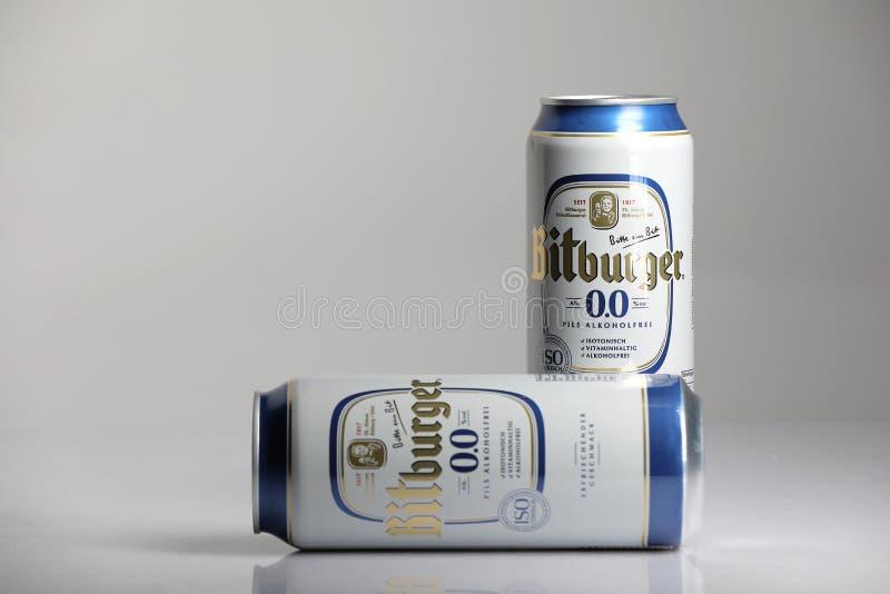 Birre di Bitburger, fondo isolato e bianco immagine stock