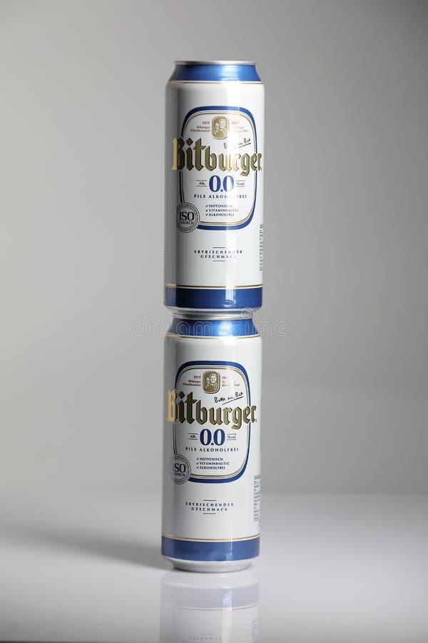 Birre di Bitburger, fondo isolato e bianco immagini stock