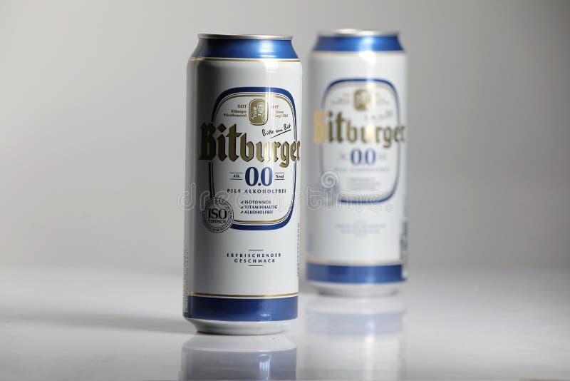 Birre di Bitburger, fondo isolato e bianco fotografia stock libera da diritti