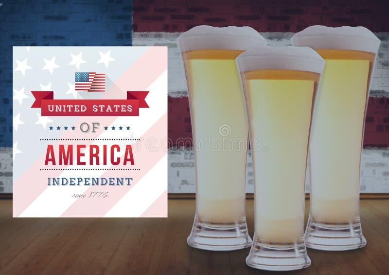 birre su una tavola contro la bandiera americana fotografie stock libere da diritti