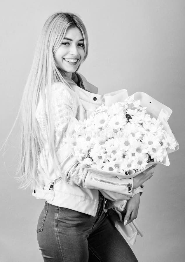 Birthday mothers day 8 mars of andere gelegenheden om een cadeau te doen Girl tender sensual blonde hold chamomile bouquet Adore royalty-vrije stock fotografie