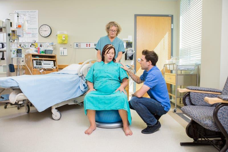 Birthing μητέρα που έχει τη συστολή στοκ εικόνες με δικαίωμα ελεύθερης χρήσης