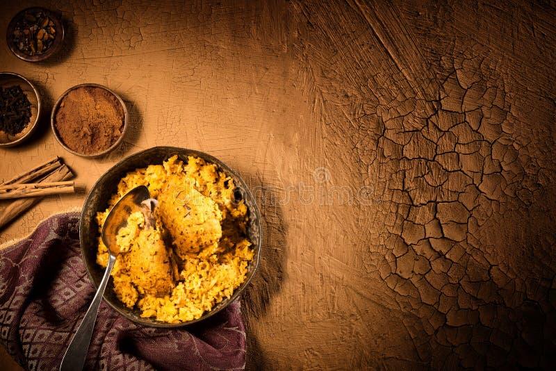 Biryani al curry del pollo sulla tavola con lo spazio della copia fotografie stock libere da diritti
