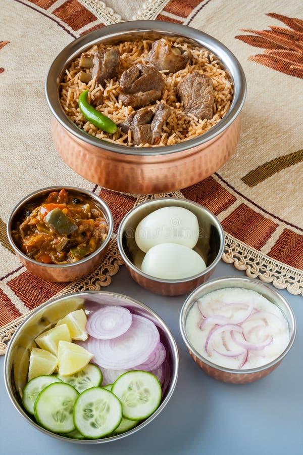 Biryani da carne de carneiro com lados tradicionais imagens de stock