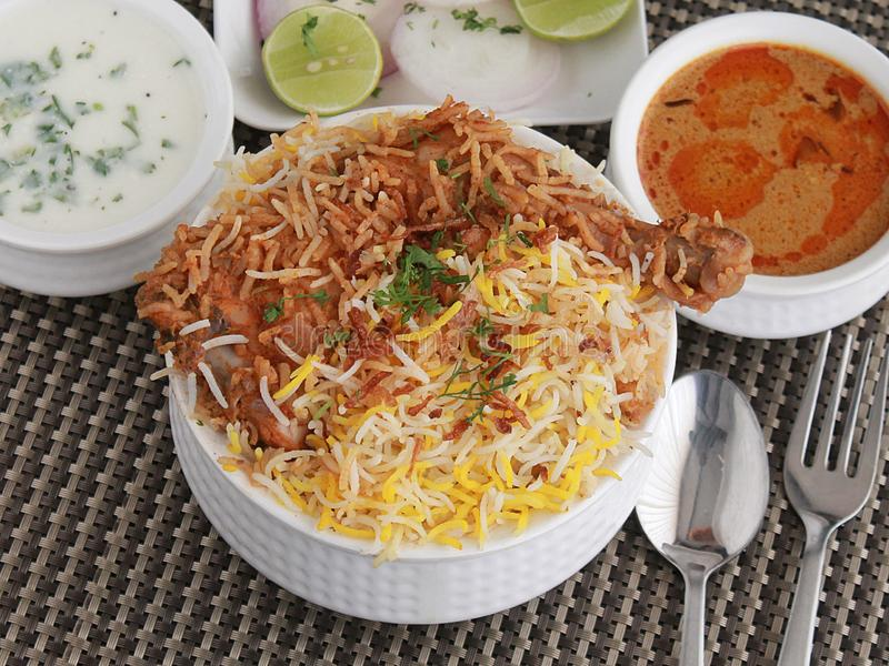 Biryani de Dum de poulet de Hyderabad avec Korma, chutney de lait caillé image stock