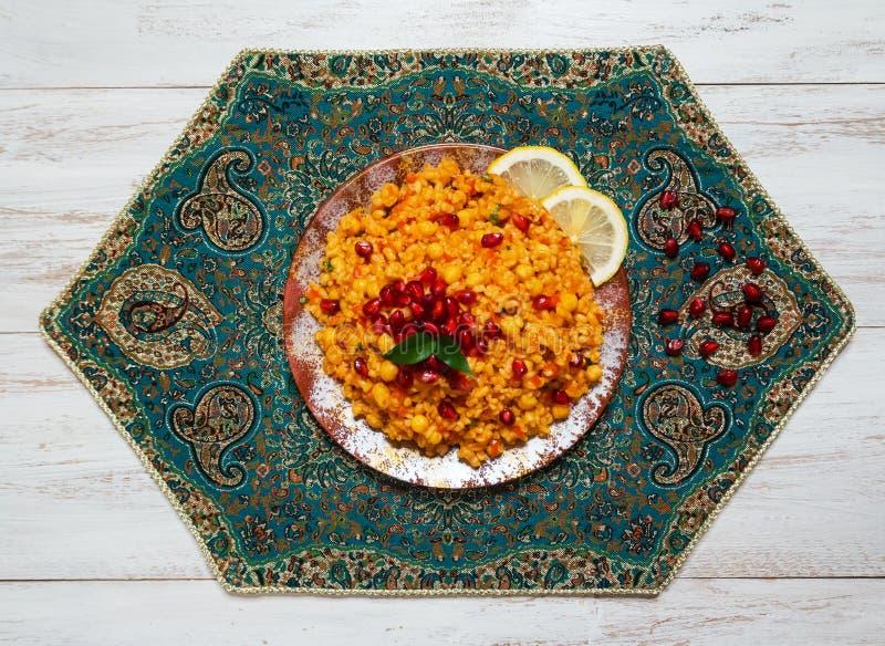 Biryani di verdure, piatto vegetariano sulla tavola bianca immagini stock libere da diritti