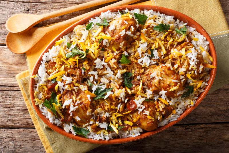 Biryani indiano del pilaf con il pollo, la cipolla, il limone, le spezie e il cila fotografia stock libera da diritti