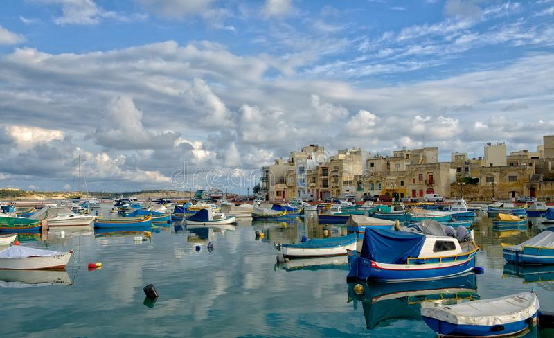 Birzebugga, MALTA 29 agosto: pescherecci maltesi tradizionali con la riflessione in villaggio maltese Birzebugga, MALTA ad agosto fotografia stock libera da diritti