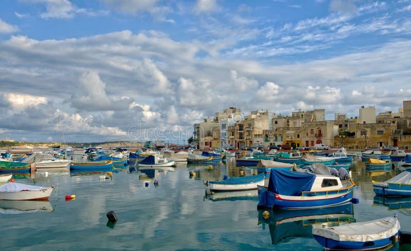 Birzebugga, MALTA 29. August: traditionelle maltesische Fischerboote mit Reflexion im maltesischen Dorf Birzebugga, MALTA 29,2016 lizenzfreie stockfotografie