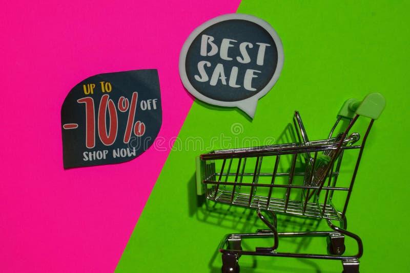 Bis -70% weg vom Geschäft jetzt und bester Verkaufs-Text und Einkaufswagen stockfotos