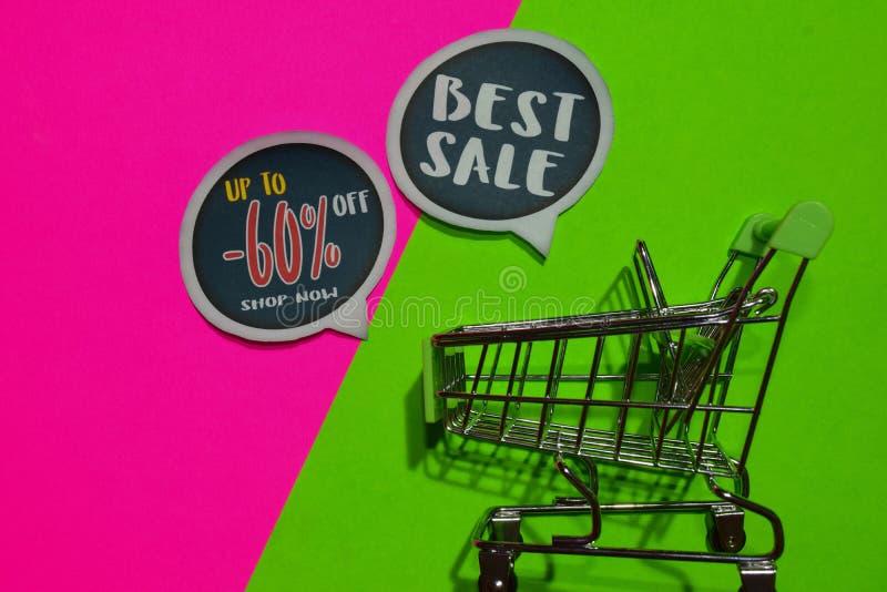 Bis -60% weg vom Geschäft jetzt und bester Verkaufs-Text und Einkaufswagen lizenzfreies stockbild