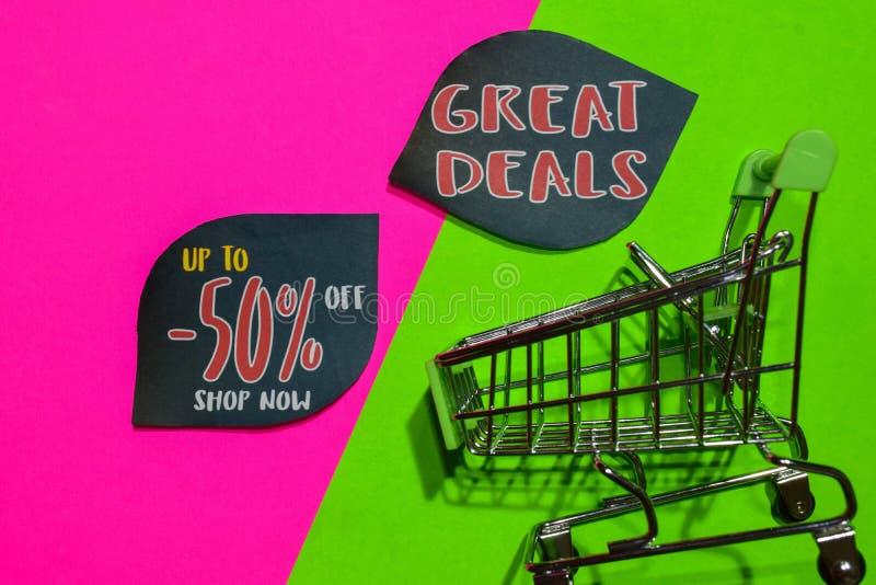 Bis 50% weg vom Geschäft jetzt und große Abkommen simsen und Einkaufswagen stockfotografie