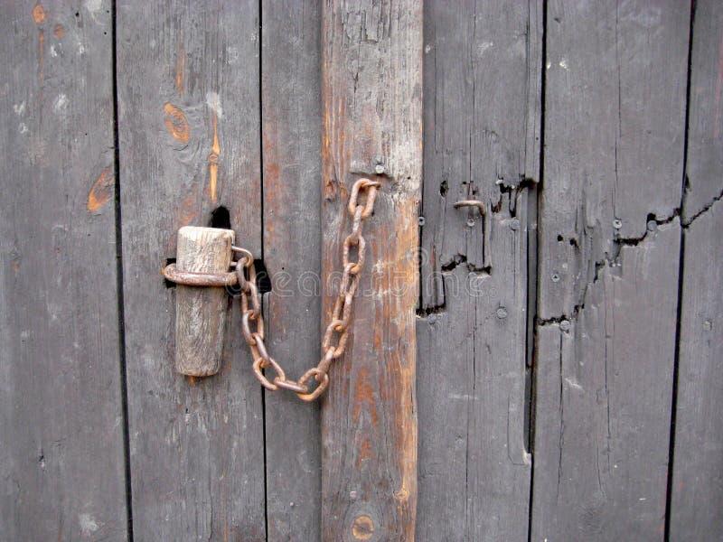 Bisagra de puerta de madera vieja del gris azul de la puerta de la madera imagenes de archivo