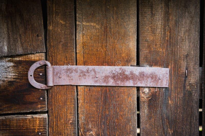 Bisagra de puerta rústica vieja en la puerta de madera foto de archivo libre de regalías