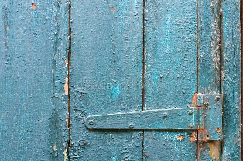 Bisagra en puerta pintada vieja fotografía de archivo libre de regalías