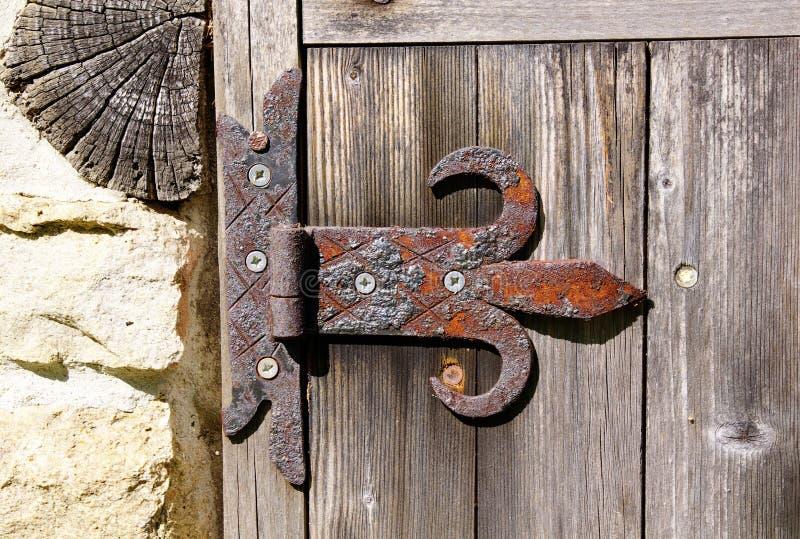 Bisagra oxidada vieja en puerta de madera foto de archivo libre de regalías
