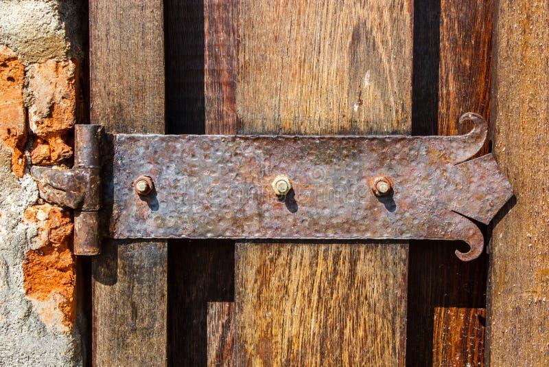 Bisagra rústica externa de la puerta de la puerta fotografía de archivo