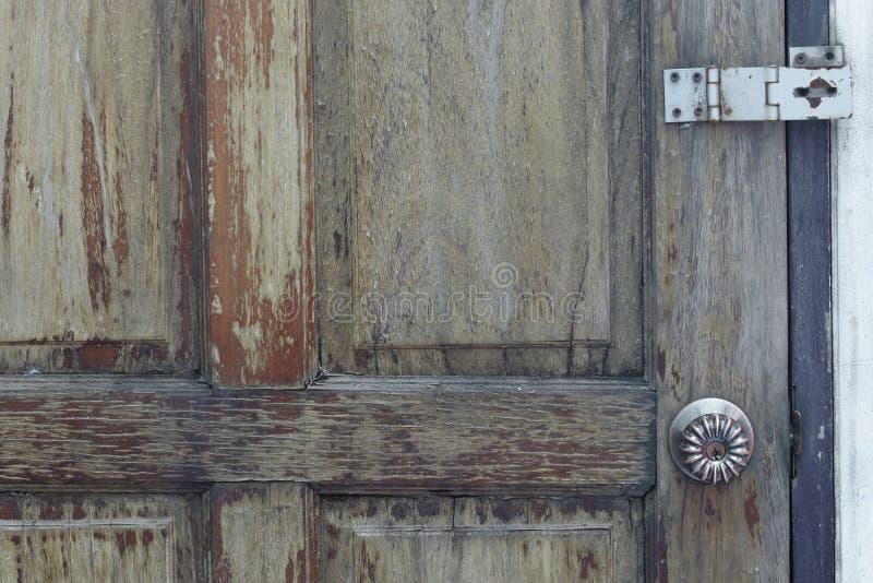 Bisagras del botón y de puerta en puerta de madera vieja imagen de archivo