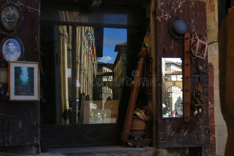 Bisarra reflexioner av byggnader i exponeringsglaset av en gammal antikvitet shoppar arkivbilder