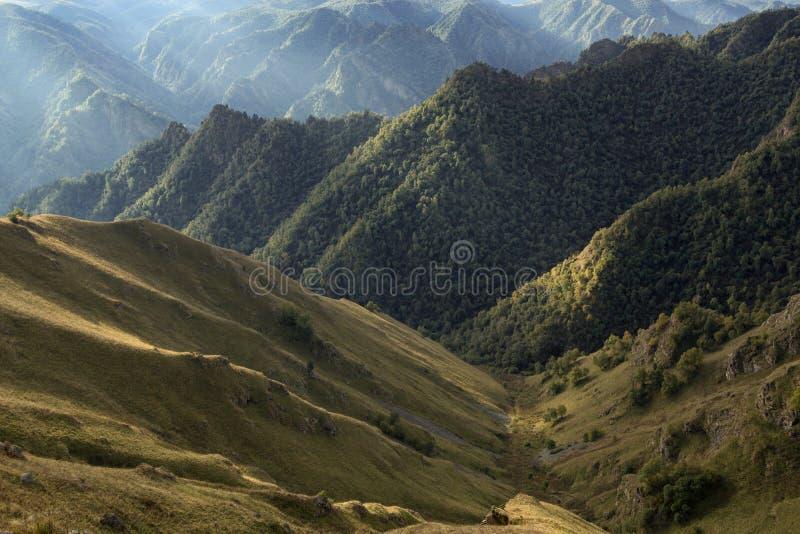 Bisarrt bergigt landskap som filmas mot ljuset royaltyfri fotografi