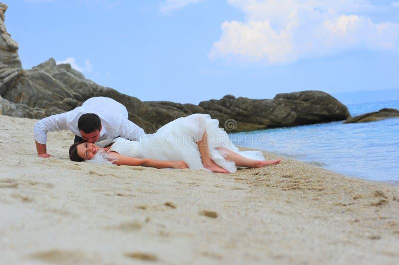 Bisbigli e baci del dolce - ritratto dello sposo & della sposa immagini stock