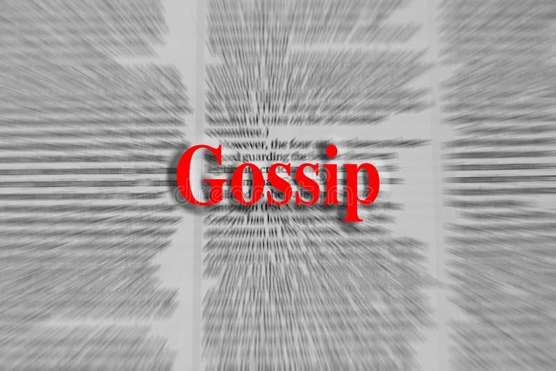 Bisbolhetice escrita no vermelho com um artigo de jornal borrado fotos de stock