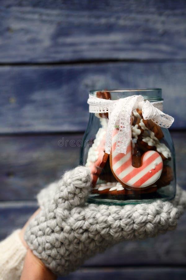 Bisccuis del pan di zenzero di Natale in barattolo di vetro fotografia stock libera da diritti