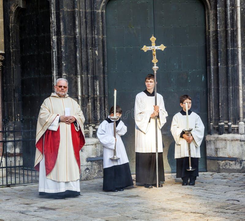 Bischof Franz Scharl betet für stockfotos