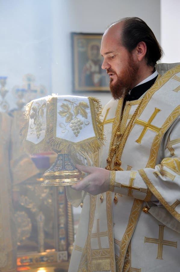 Bischop Ambrose (Muntyanu) Neftekamsk en Bisrk tijdens de liturgie stock fotografie