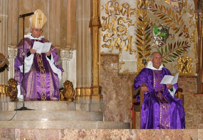 Bischop en Priester bij massa in Palma de Mallorca-kathedraal stock foto