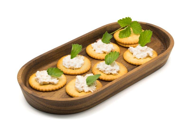 Biscoito com salada de atum em uma bandeja de madeira fotografia de stock
