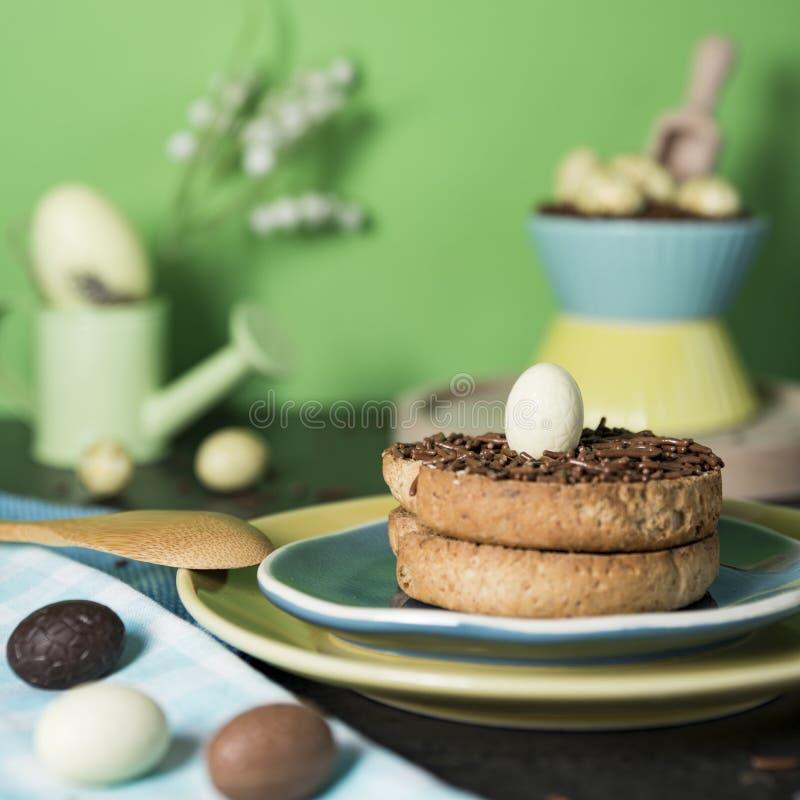 Biscoito com saraiva do chocolate e os ovos da páscoa holandeses do chocolate fotos de stock royalty free