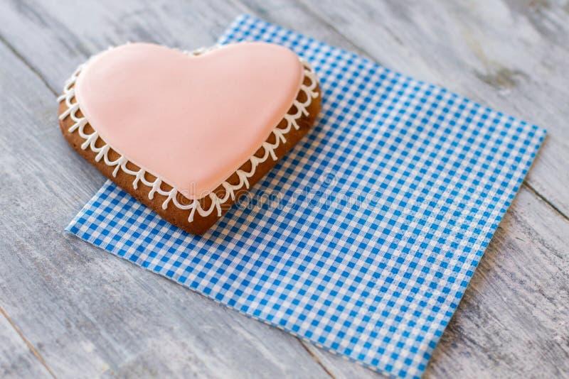 biscoito Coração-dado forma no guardanapo foto de stock royalty free